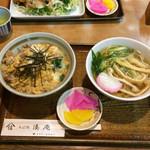 湊庵 - 親子丼¥650にミニ蕎麦¥150を付けた丼セット。箸入れに店名が入っています。