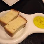 トラットリア ゴデレッチョ エビス - 温かいパンとオリーブオイル