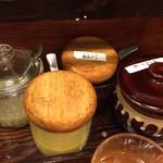広州市場 - テーブルのお好みのタレをつけていただきます。