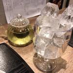 味甘CLUB - 玄米茶(ポット・冷)注ぐ前