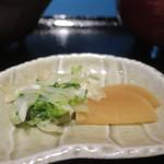 築地魚河岸 海鮮 - 大根と青菜の塩もみ、たくあんの盛合せアップ