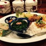 65511060 - タン・カフェ                       定食は、生春巻きとライス、スープ、揚げ物、漬物