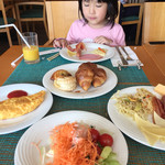 カリフォルニアレストラン - 娘はオレンジジュースで満足気(^∇^)