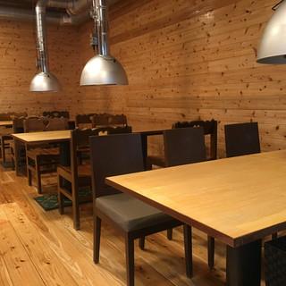 オープンキッチンの開放感のあるゆったり空間。お子様連れも安心