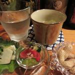 焼酎処 あんたいとる - お通しは、最初に殻付きの落花生が出て、 2番目は小鉢が出てきました。