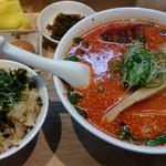 65524678 - 赤いラーメンとナパーム丼