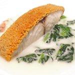65525231 - ランチコース 7722円 のサワラのクルミチーズ焼き、ホウレン草と生ハムのソース