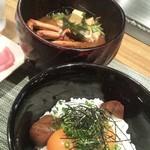 鉄板焼 宝伝 - ニンニクの佃煮を混ぜていただく玉子ご飯。コブタ用大盛り(笑)