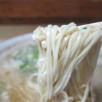 八ちゃんラーメン - 独特な細平打ちのストレート麺