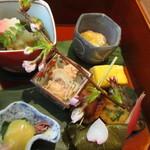 澤千 - 真ん中鱈子、左下から蛍烏賊、煮穴子、真鯛、出汁巻き、鰆、吉備麩、小鯛笹寿司、