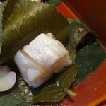 澤千 - 連小鯛の笹漬寿司が桜葉包み