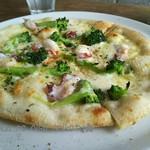 65554940 - あっさり塩味のピザもおいしい♪
