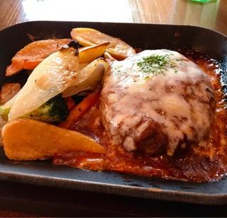 イタリアン クアトロ あべのキューズモール店 - とろ〜りチーズの石窯焼きハンバーグ  じゅうじゅう言ってます。
