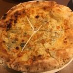 ピッツェリア バール ナポリ - ピザ。面積的に1/4程しかソースが乗っていなかった(一見1/2程乗ってそうだが実は只の焦げ目)。ある意味クォーターピザ。