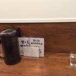 ラーメン ロケットキッチン - カウンター席(水はセルフ)