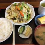 ゑちごや - 「肉野菜炒め定食」! ご飯、漬物、具沢山な味噌汁、バナナ、いずれも美味しいです。