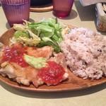 グリグリア カフェアンドグリル - メキシカンチキンステーキアボカドとピリ辛サルサのせ
