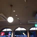 カフェ・ベローチェ - シンプルなモノトーンの店内でも照明器具は多いです