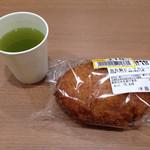 モンペリエ - 料理写真:値下げされたカレーパンと無料のお茶