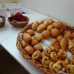 センダンヤ - 焼立てパンが並ぶ