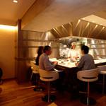 MASA'S KITCHEN - 活気溢れる店内の中央にはオープンキッチンを配置。