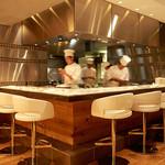 MASA'S KITCHEN - カウンター席はシェフたちが料理を作る様子が見れておすすめです。