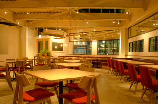 cafe Salad taberu - ソファー・椅子・カウンター・高砂席のある1階。40名様〜貸し切りOK!