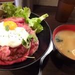 レッドロック - ◆ローストビーフ丼(並:815円:外税)とお味噌汁(100円だったような)を。 5分ほどで提供されました。