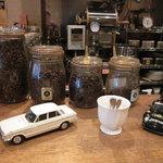 6560389 - 珈琲豆の前にもブリキのミニカー
