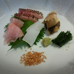 Touzentei - 刺身 イサキ、金目鯛、イカ、貝。