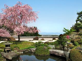 正法寺 - (2017.4月)西山の麓に佇む「鳥獣の石庭」正面
