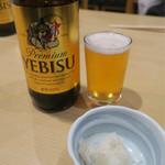 大衆割烹 三州屋 - エビス瓶ビール(650円)とお通しのシラスおろし(200円)