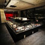 bubo BARCELONA - 1階はジュエリーショップのような雰囲気でチョコレートやケーキが並びます。