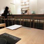 とり田 - カウンター席・テーブル席・奥に個室があります。