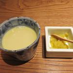 とり田 - 最初に供された小さな水炊きスープ。 鶏のミルクって言ってもいい位、濃厚で美味しかったです。
