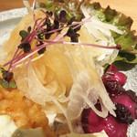 とり田 - 新玉ねぎのスライスもたっぷり。 紫キャベツのスプラウトやしば漬けの彩りもキレイですね。