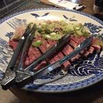 65616565 - パックのお肉を切って持ってきてくれます