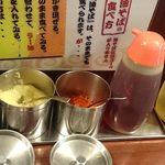 ぶぶか - ぶぶか 吉祥寺北口店 卓上調味料類 左から粗挽き黒胡椒・おろしにんにく・豆板醤・ラー油・酢