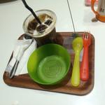 65619046 - アイスコーヒーと子供用食器