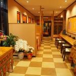 インド料理パンジャブ - カウンターも4席ございます。