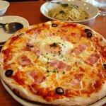 ピアット - ベーコンと半熟卵のピザ
