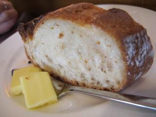 牛船 - 炭焼はゴハンが欲しいが、妻のパンを貰ったら結構旨い。