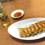 桃李蹊 - 焼き餃子8つ 380円(税抜) 餃子のタレとライム酢