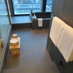 アマン東京 - 洗面から続く浴室