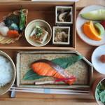 アマン東京 - ご飯を装い、椀の蓋を取って