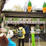 大阪城本陣 - 大阪城でお花見中のボキら。ここは天守閣のすぐ前にある『大阪城本陣』というお土産物売り場&売店だよ。抹茶スイーツ、おいしそうだな~