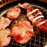 きくや - 料理写真:無煙ロースターで牛タンと烏賊を焼く、の図。