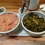 博多もつ鍋 やまや - 明太子と高菜。なくなれば持ってきてもらえます。