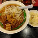 珍味館 - 豚角煮の野菜ラーメン(と半チャーハン)