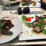 ビストロ ヒマル - 料理写真:サラダとメインのラム肉